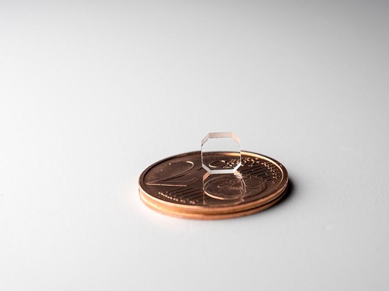 geschliffenes Glas auf einer 2-Cent-Münze
